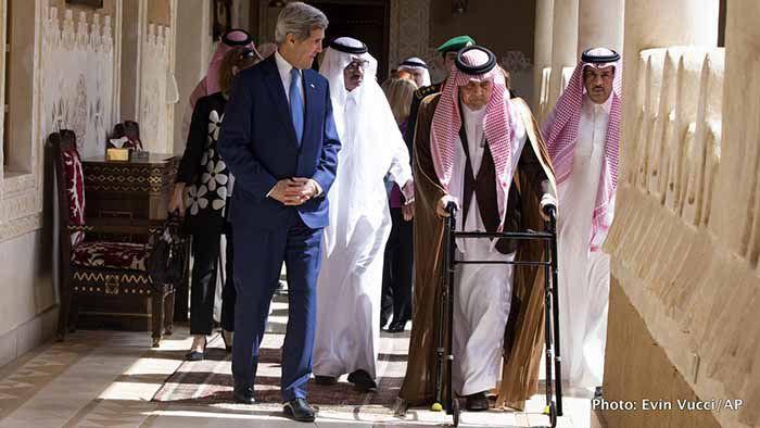 (ภาพ) นายจอห์น เคอร์รี่ รัฐมนตรีต่างประเทศสหรัฐฯ เดินร่วมกับซาอูด บิน ฟัยซาล บิน อับดุลอาซิซ อัล-ซาอูด รัฐมนตรีต่างประเทศแห่งซาอุดิอารเบีย ก่อนเข้าเฝ้ากษัตริย์ซัลมาน บิน อับดุลอาซิด อัล-ซาอูด ที่ดิริยาฟาร์ม เมื่อ 5 มีนาคม 2015 ในเมืองดิริยา ซาอุดิอารเบีย