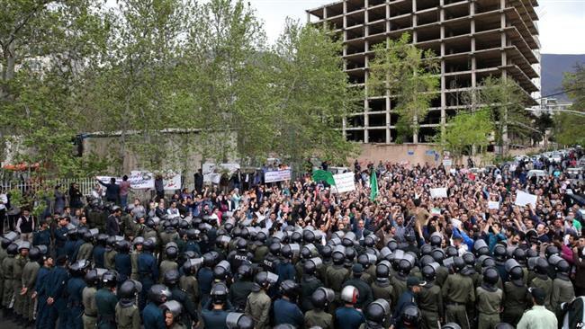 (แฟ้มภาพ  ชาวอิหร่านประมาณ 500 คน ประท้วงหน้าสถานทูตซาอุดีอาระเบียในเตหะราน เมื่อวันที่ 11 เมษายน 2558 )