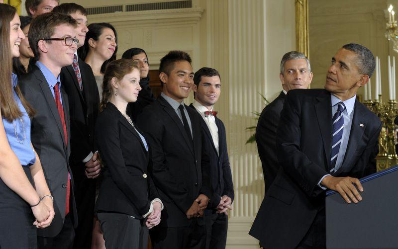 (ภาพ) ประธานาธิบดีบารัก โอบาม่า (ขวา) กับอาร์เน ดันแคน รัฐมนตรีศึกษาธิการ (สองจากขวา) หันกลับไปมองนักเรียนขณะที่เขาเรียกร้องให้สภาคองเกรสหยุดขึ้นอัตราดอกเบี้ยการกู้ยิมของนักเรียนเป็นสองเท่า