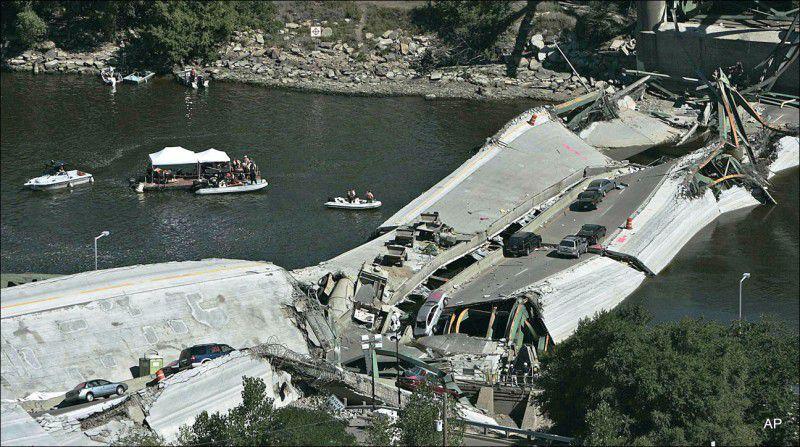 (ภาพ) นักดำน้ำค้นหาในแม่น้ำมิสซิสซิปปี เมื่อ 3 สิงหาคม 2007 ระหว่างพยายามที่จะฟื้นฟูหลังจากสะพานข้ามรัฐหมายเลข 35W พังถล่มในมินนีแอโพลิส
