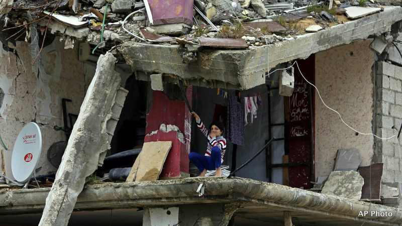 (ภาพ) เด็กหญิงชาวปาเลสไตน์คนหนึ่งนั่งในห้องหนึ่งของตัวอาคารของครอบครัวที่ถูกทำลายเสียหายจากสงครามระหว่างอิสราเอลกับฮามาสเมื่อฤดูร้อนปีที่แล้ว ในแถบ Shijaiyah ของกาซ่าซิตี้ ทางเหนือของฉนวนกาซ่า เมื่อ 23 กุมภาพันธ์ 2015