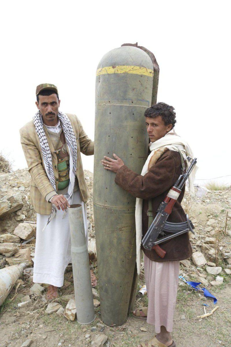 (ภาพ) นักรบเฮาซีถ่ายรูปกับปลอกระเบิดลูกปรายที่สหรัฐฯ ผลิต ในเยเมนเหนือ