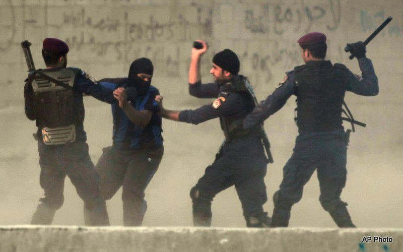 (ภาพ) กองกำลังพิเศษในมานามา เมืองหลวงของบาห์เรน กำลังตีผู้ประท้วงเรียกร้องประชาธิปไตย
