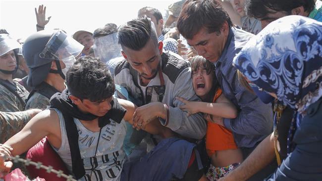 (ภาพ) ผู้ลี้ภัยข้ามขายแดนระหว่างมาซิโดเนียกับกรีซ ใกล้เมืองเกฟเกลิจา เมื่อ 2 กันยายน 2015