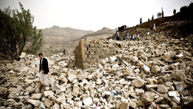 (ภาพ) ชาวเยเมนค้นหาผู้รอดชีวิตในซากของบ้านเรือนที่ถูกทำลายจากการโจมตีทางอากาศที่นำโดยซาอุดี้ฯ ในหมู่บ้านแห่งหนึ่งใกล้กับซานาอฺ เยเมน