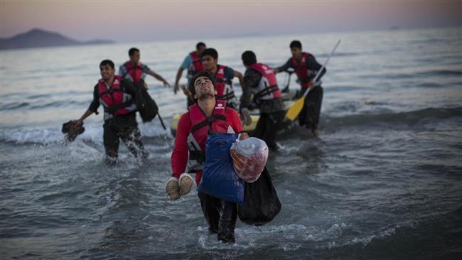 (ภาพ) ผู้ลี้ภัยขึ้นฝั่งที่เมืองคอส ประเทศกรีซ หลังจากสิ้นสุดการเดินทางในเรือบดขนาดเล็กข้ามระยะทางสามไมล์ของทะเลอีเจียนมาจากตุรกี เมื่อ 31 สิงหาคม 2015