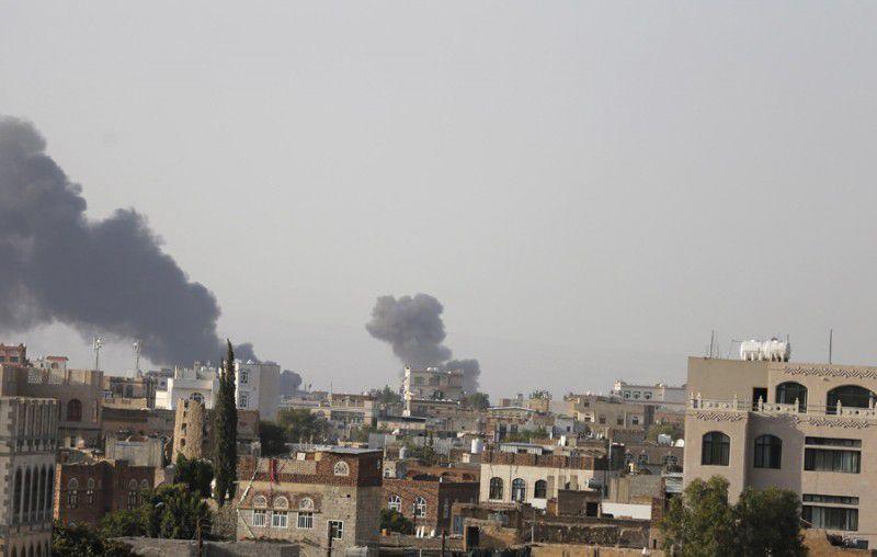 (ภาพ) ควันพวยพุ่งขึ้นจากฐานทัพอากาศ อัล-ดัยลามี หลังจากถูกโจมตีทางอากาศโดยการนำของซาอุดี้ฯ ในซานาอฺ เมืองหลวงของเยเมน © Khaled Abdullah / Reuters