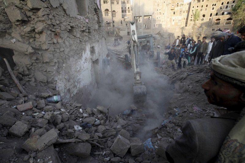 (ภาพ) ประชาชนค้นหาผู้รอดชีวิตใต้เศษอิฐของบ้านหลังหนึ่งที่ถูกทำลายด้วยการโจมตีทางอากาศที่ย่านเก่าแก่หนึ่งในซานาอฺ เมืองหลวงของเยเมน © Mohamed al-Sayaghi / Reuters