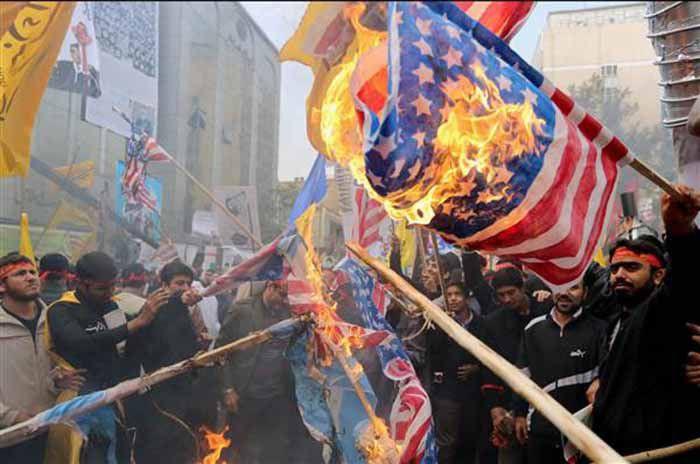 (ภาพ) ผู้ประท้วงชาวอิหร่านเผาธง สหรัฐฯ ระหว่างการชุมนุมปี 2013 ในวาระครบรอบปีของการยึดสถานทูตสหรัฐฯ ในเตหะราน ABEDIN TAHRKENAREH / EPA file