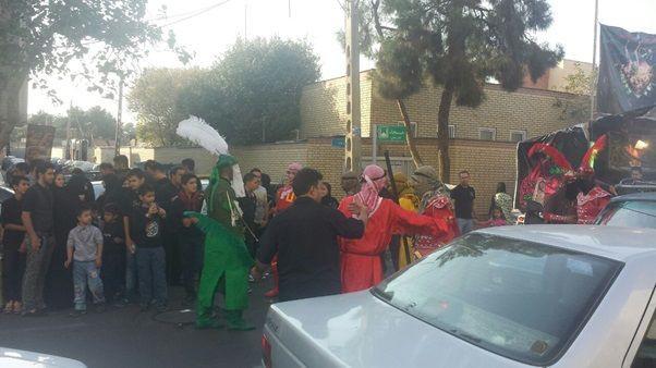(ภาพ) กลุ่มประชาชนผู้แสดง Tazie บนท้องถนน (MEE/Rohollah Faghihi)