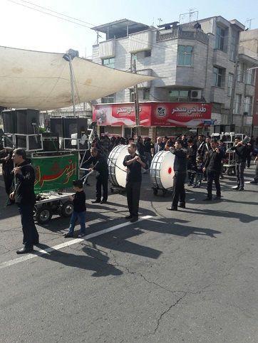 (ภาพ) กลุ่มคนหนุ่ม ทางตอนเหนือของเตหะราน ตีกลองตับล์ กลองสองหน้า ขณะที่ประชาชนร่วมไว้อาลัยแก่ฮุเซน อิบนฺ อะลี (MEE/Rohollah Faghihi)
