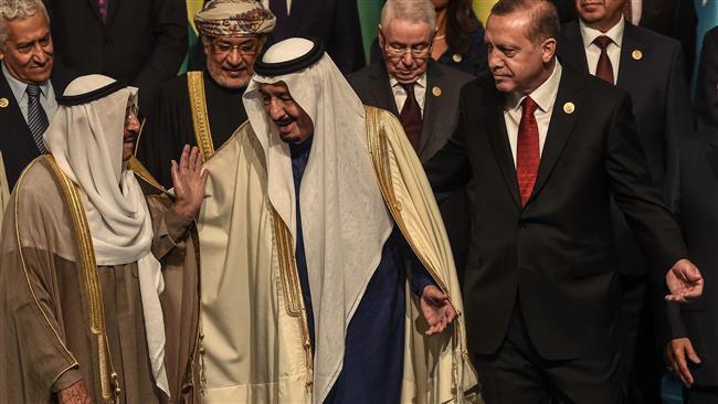 (แฟ้มภาพ รอญับ ตอยยิบ อุรดุฆอน ประธานาธิบดีตุรกี ยืนเคียงข้างกับกษัตริย์ซัลมานแห่งซาอุดิอาระเบีย และซาบาห์ อัลอาห์หมัด อัลซาบาห์ อัลญาบีร์ ประมุขของคูเวต ในกรุงอิสตันบูล)