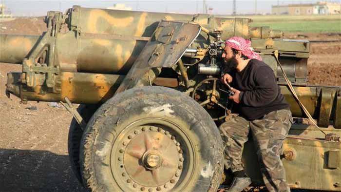 แฟ้มภาพ สมาชิกกลุ่มก่อการร้ายไอซิสในชานเมืองอเลปโปกำลังเล็งเป้าหมายกองทัพซีเรีย